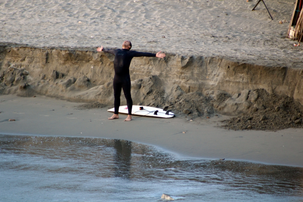 Imagen que contiene agua, exterior, surf, hombre  Descripción generada automáticamente